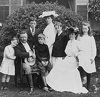 Theodore Roosevelt and family, 1903.jpg