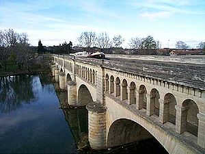 Beziers pont canal.jpg