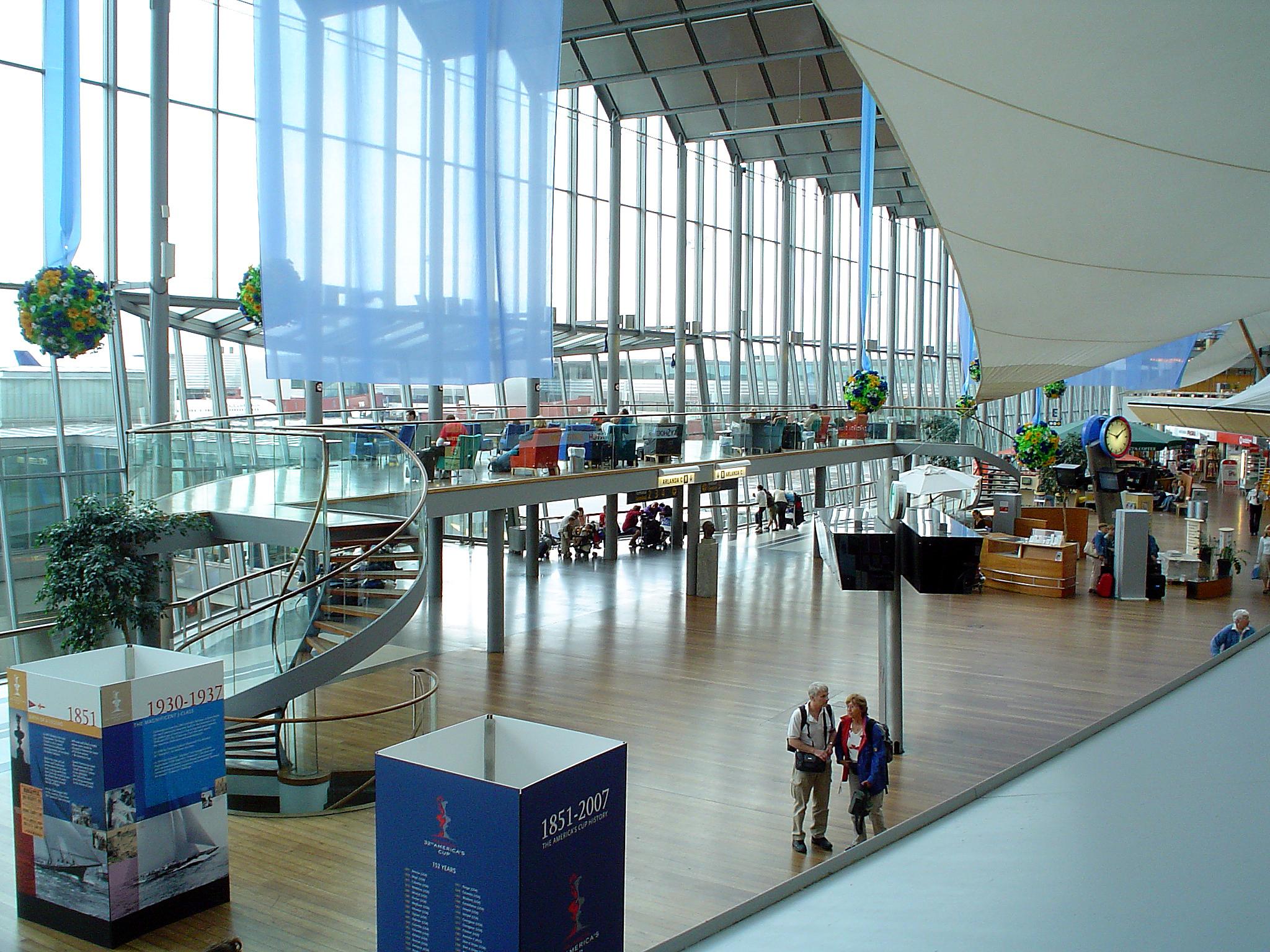 Три главных шведских аэропорта - это Арланда (обслуживает Стокгольм и Упсалу), Ландветтер (Гётеборг) и Стуруп (Мальме)...