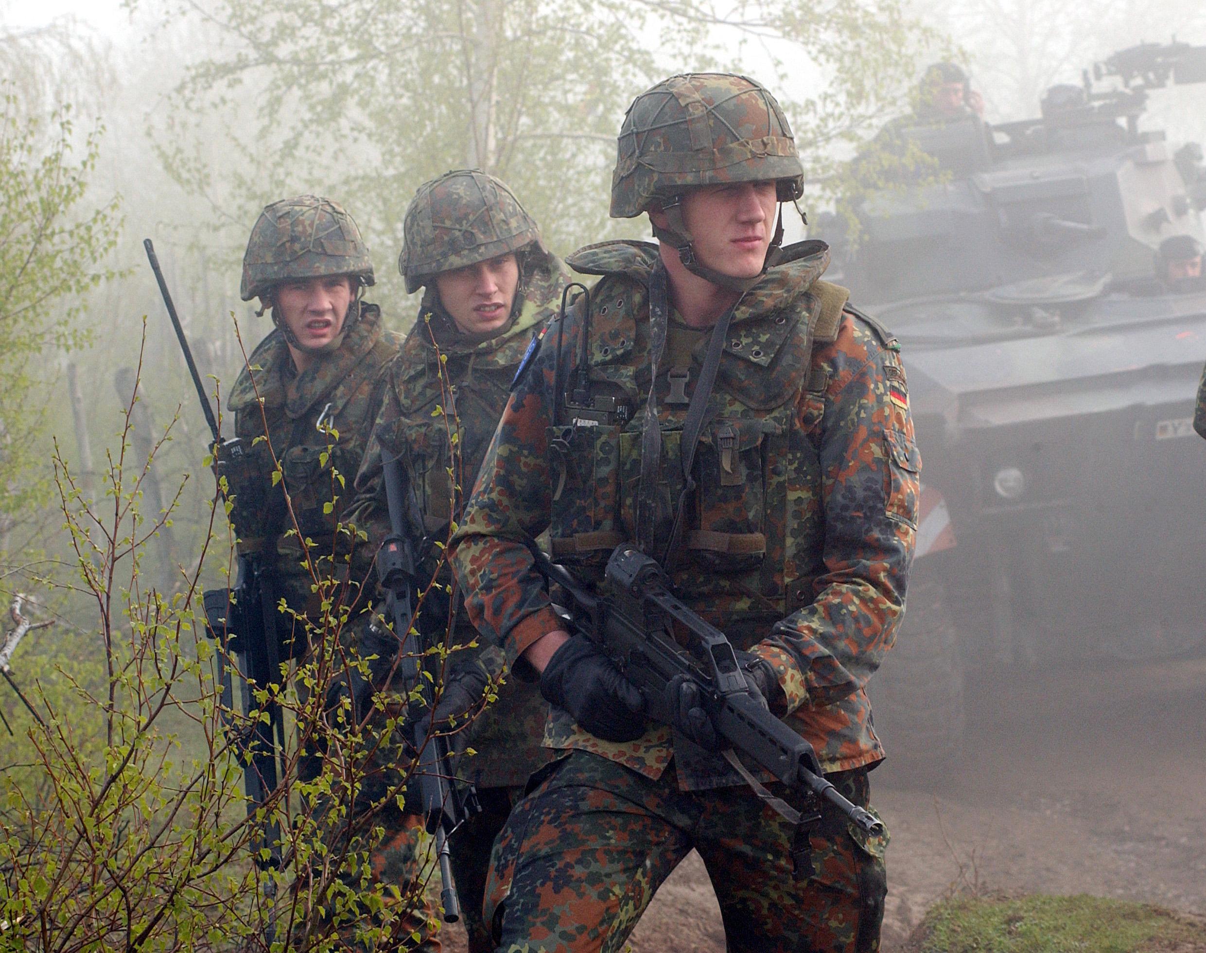 Солдат и член в лесу 4 фотография