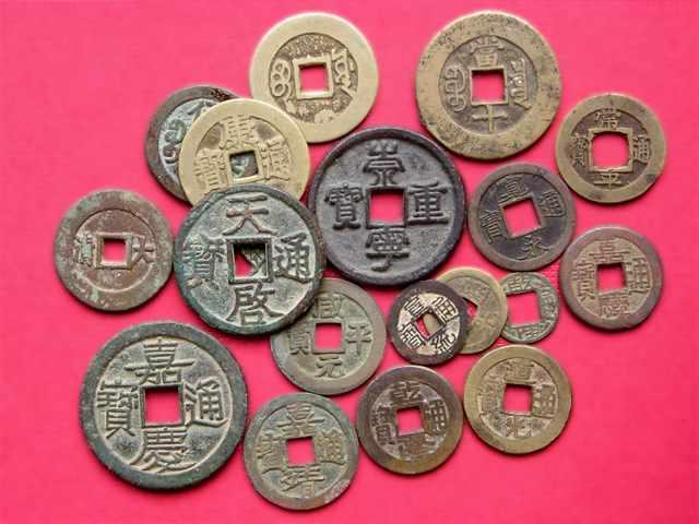 От VII века до нашей эры и до 21 столетия  продолжается эволюция наличных денег, параллельно безналичным