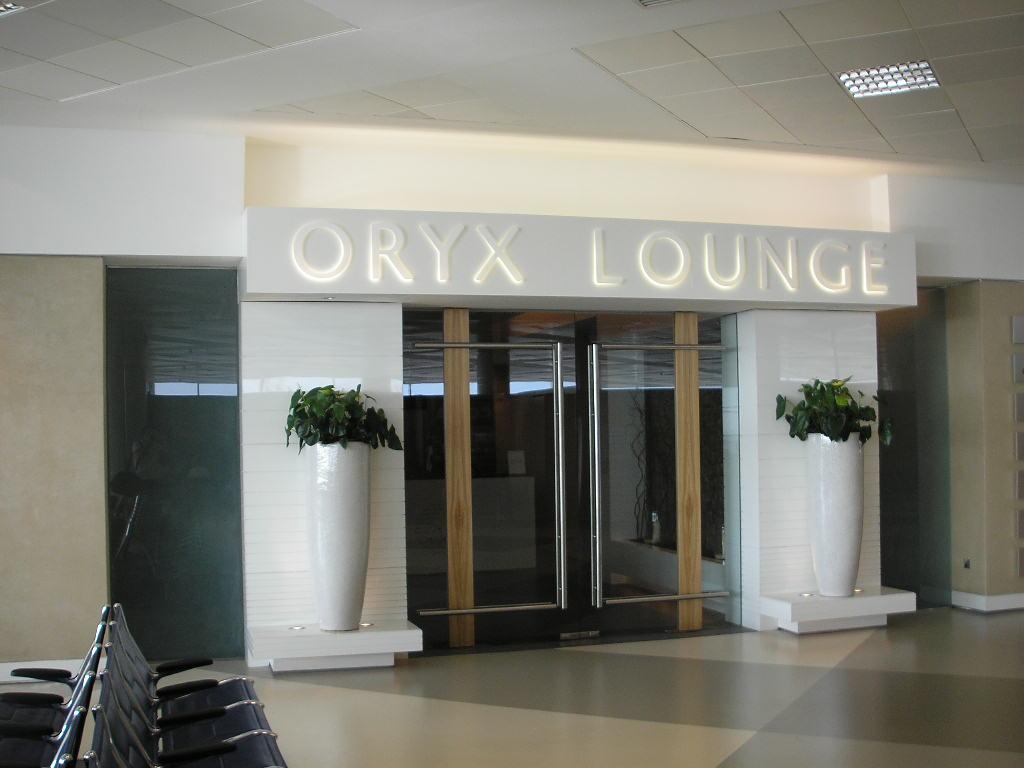 """Международный гражданский аэропорт Катара, расположенный в столице страны-Дохе.  Аэропорт имеет рейтинг """"Три звезды """"..."""