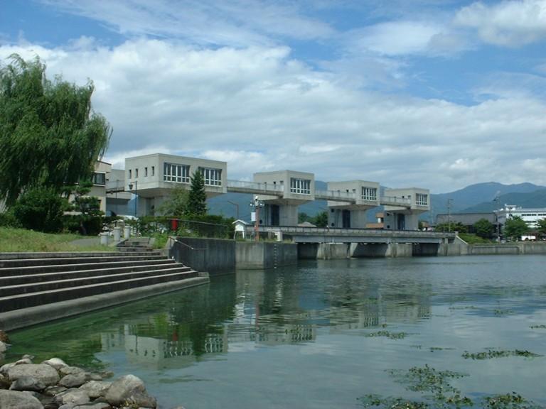 Река Тэнрю вытекает из озера Сува (Окая) .