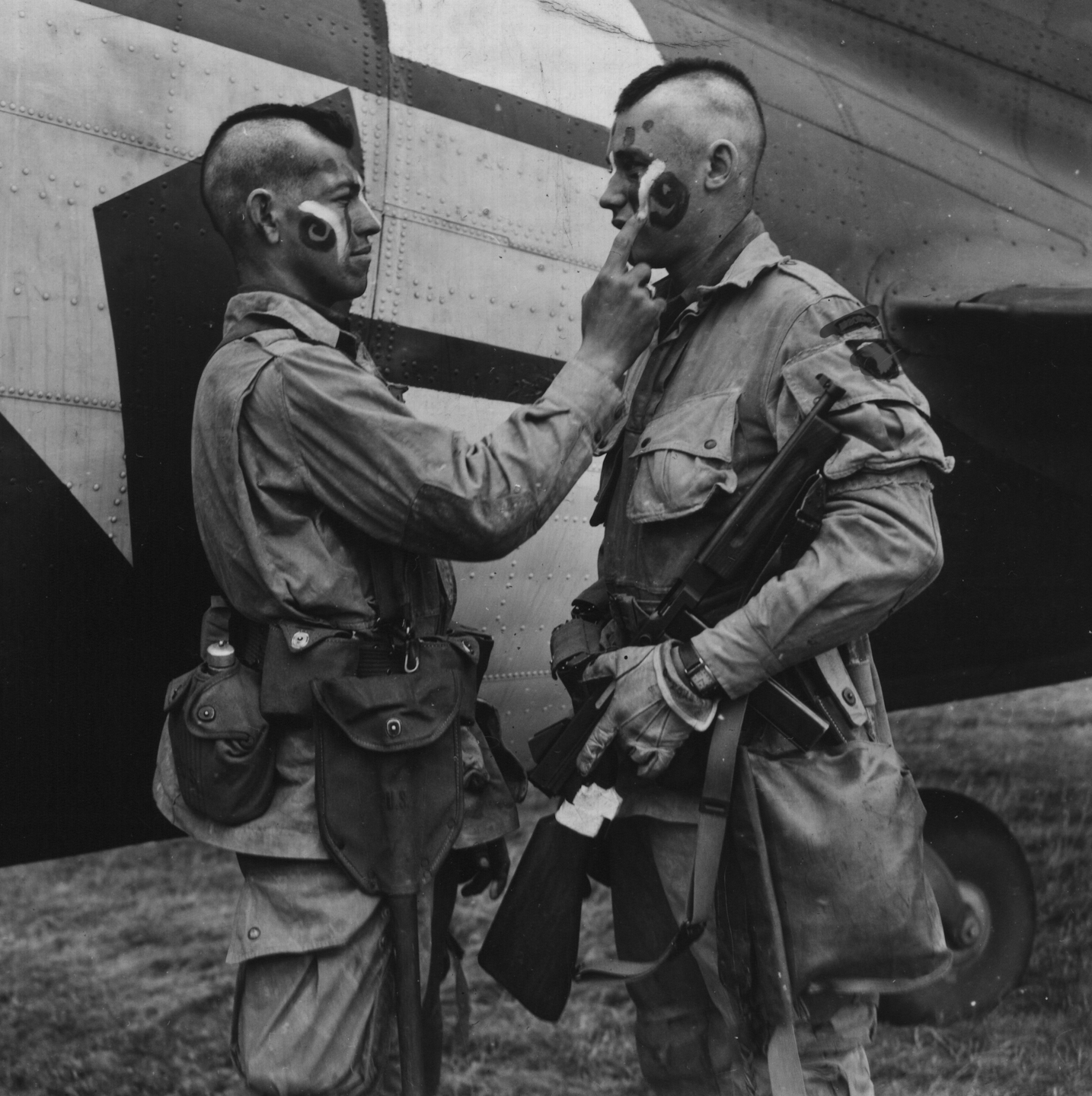 http://en.academic.ru/pictures/enwiki/80/Paratrooper_applies_war_paint_111-SC-193551cropped.jpg