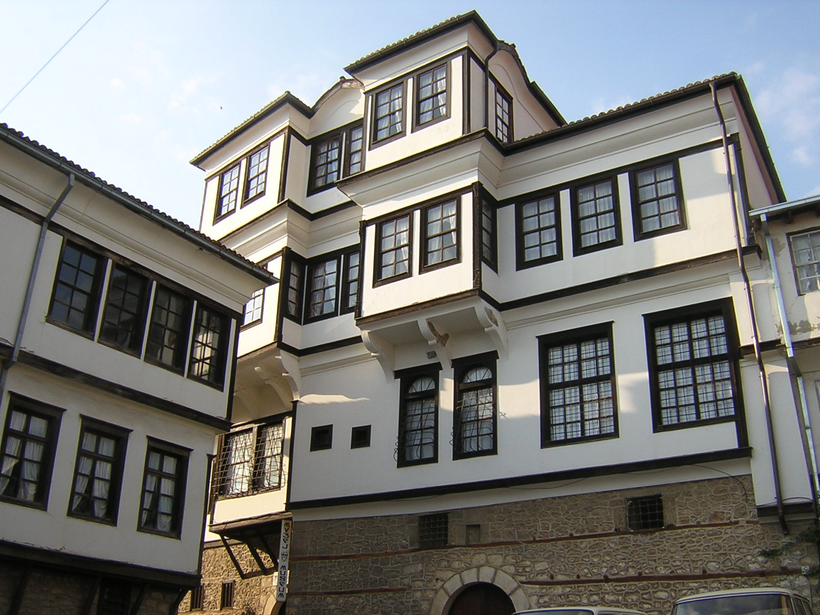 ottoman architecture The ottoman rule did not, however, entirely change the evolution of cairene architecture at this time, not only the pasha, but also amirs and members of religious establishments were responsible for the construction of many religious structures.